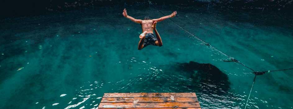 Photographie d'un plongeur par Ethan Elisara, Unsplash