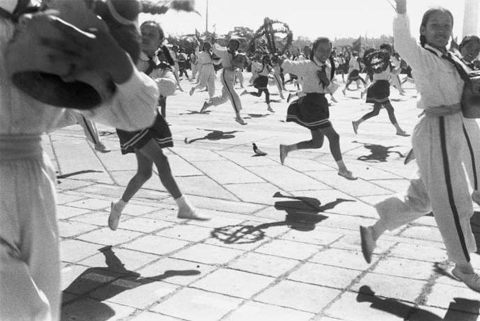 Photographie d'Henri Cartier-Bresson : célébrations du 9e anniversaire de la République populaire de Chine