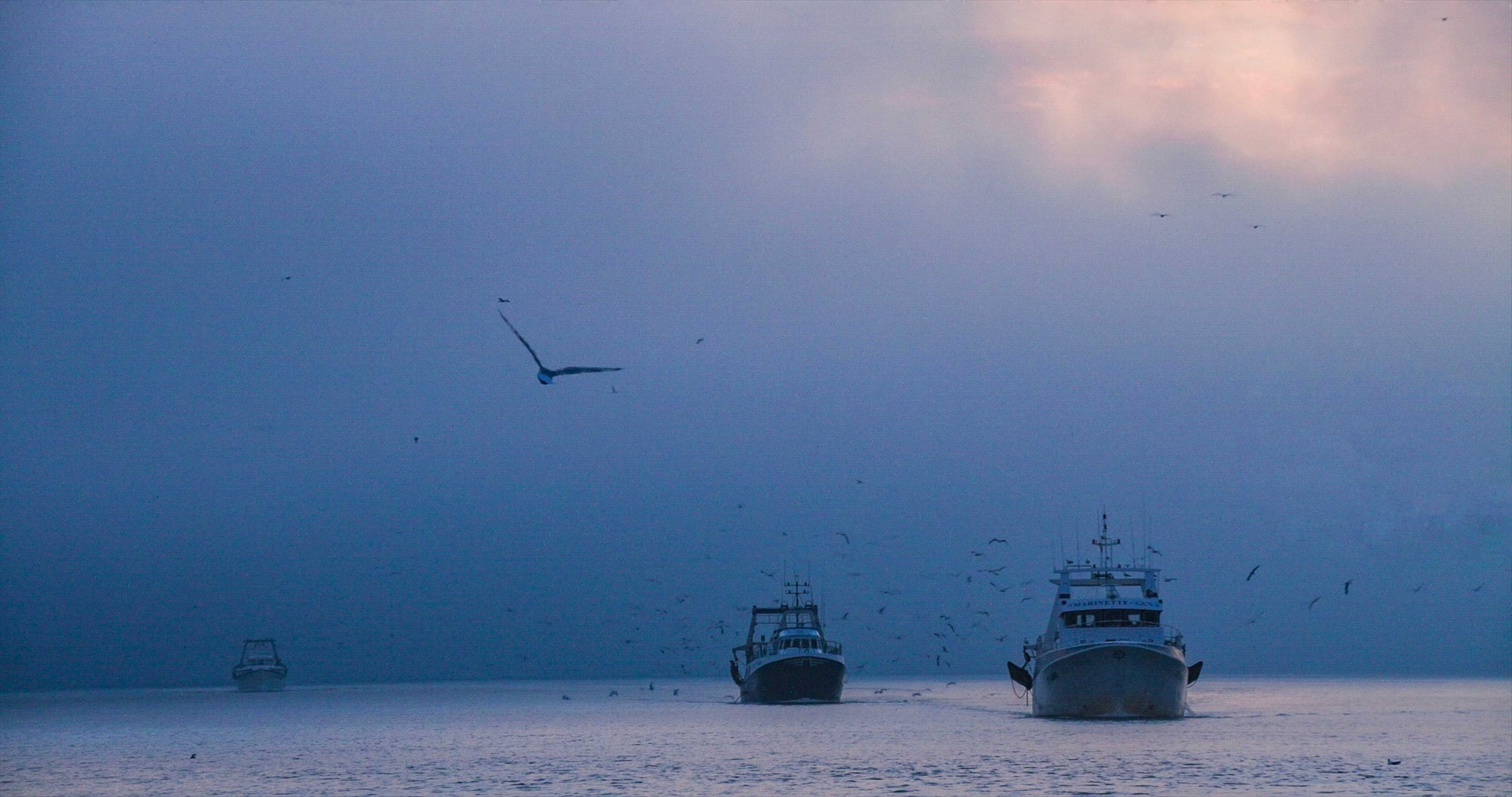 Photograph of a trawler processed with HDRinstant